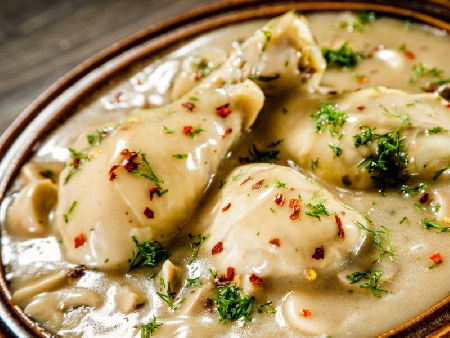 Пиле фрикасе с гъби и кисело мляко (с бутчета или гърди) - снимка на рецептата